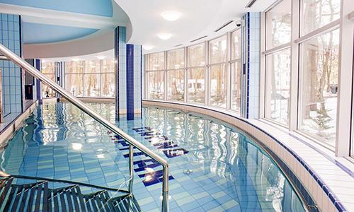 Schwimmbad des Hotels Grand Kapitan mit Treppeneinstieg