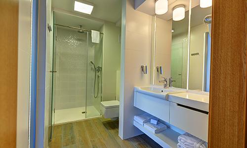Bad eines Zimmers im Hotel Skal