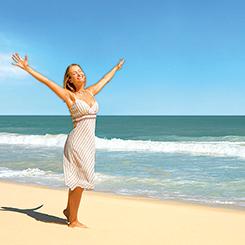Frau an der Ostsee: Endlich Urlaub