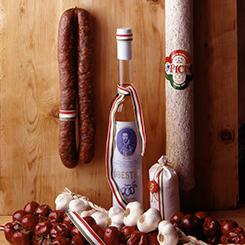 Typisch für die ungarische Küche Paprika Salami Schnaps