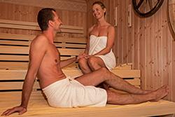 Paar in der Holzwerkstatt-Sauna