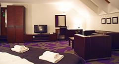 Blick in ein Doppelzimmer mit Flachbild-TV
