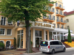 FFAIR-Reisen-Kleinbus am Hotel Polaris