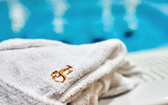 Bademantel im Schwimmbad des Hotels Jantar Spa