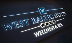 Westbaltic-Logo am Haus