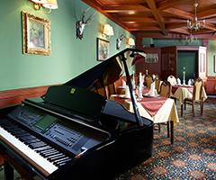 Klavier im Speiseraum des Château Monty Spa Resorts