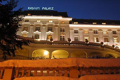 Nachtbild vom Radium Palace im Winter