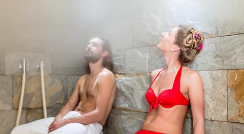 Paar in einem Dampfbad