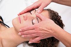 Frau genießt Gesichtsmassage