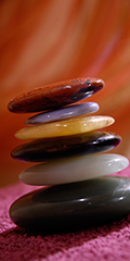 Wellness-Stillleben mit aufgetürmten Hot stones