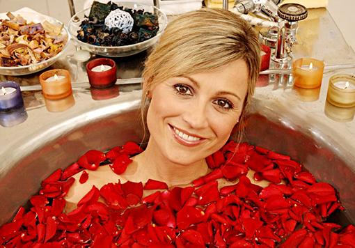 Frau genießt Venusbad mit Rosen