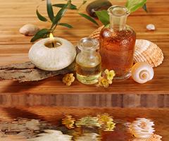 Massageöl und Duftkerzen kommen beim Wellness zum Einsatz
