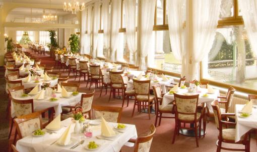 Blick in einen Teil des Speiseraums des Hotels belvedere