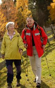 nordic-walkendes Seniorenpaar