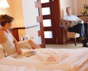 Paar in einem Zimmer des Hotels Royal