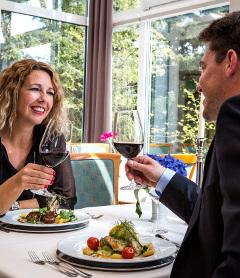 Wein trinkendes Paar im Restaurant