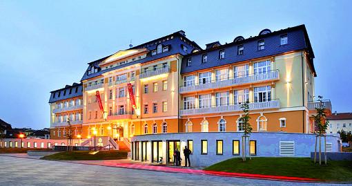 Abends beleuchtetes Spa-Hotel Harvey