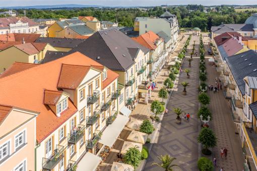 Franzensbader Promenade aus der Vogelperspektive und im Bild mitte-links das Kurhaus Goethe