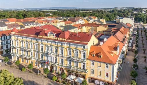 Hotel Savoy und rechts im Bild die Promenade von Franzensbad