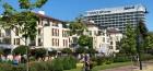promenade-von-swinemnde-im-hintergrund-das-hotel-radisson-blu