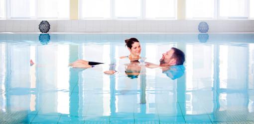 Relaxen im Schwimmbad der Feldberger Klinik am Haussee
