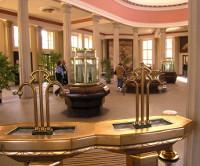 Blick ins Innere der Glauberquellen-Halle mit den Zugängen zur Trinkkur