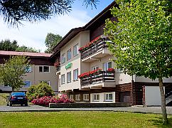 Blick in das Gelände des Hotels Hubert