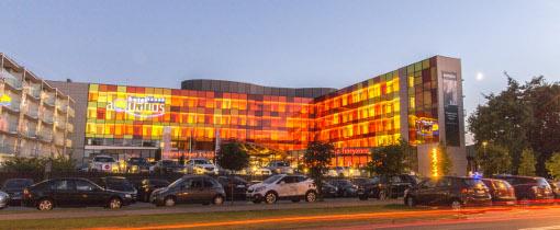 Abends beleuchtetes Hotel Aquarius
