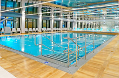 Das Schwimmbecken im Hotel Hamilton hat einen Treppeneinstieg.