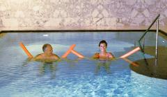 Paar hat Badespaß im Falkensteiner-Hotel