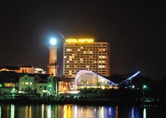 Nachtpanorama mit Teepott und Hotel Neptun