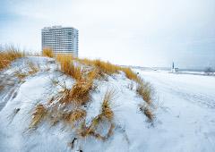 Winterlicher Strand mit Hotel Neptun im Hintergrund