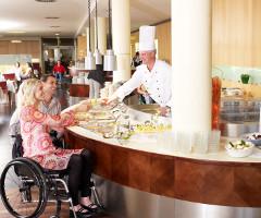 Barrierefreies Hotel mit Büfett in behindertenfreundlicher Höhe