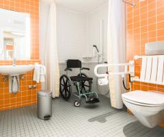 Behindertenfreundliches Bad mit Toilette.
