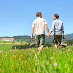 Paar in derr Landschaft am Hotel Falkensteiner